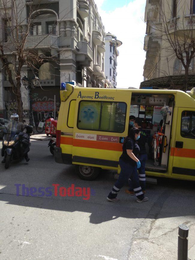Θεσσαλονίκη: Σοκαριστικό τροχαίο με έναν τραυματία – Τράκαραν ένα αυτοκίνητο και δύο μηχανές (pics)